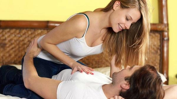 Tư thế nữ trên nam dưới sẽ giúp giảm tốc độ chuyển động, khiến cuộc yêu kéo dài hơn