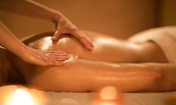 """Thực hiện massage trước cuộc """"yêu"""" sẽ giúp gia tăng khoái cảm, sự hưng phấn cho cả hai"""